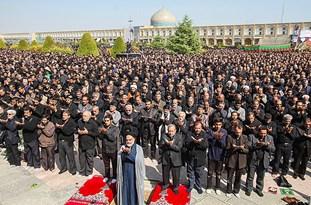 اقامه نماز ظهر عاشورا به امامت آیتالله مهدوی در میدان امام اصفهان