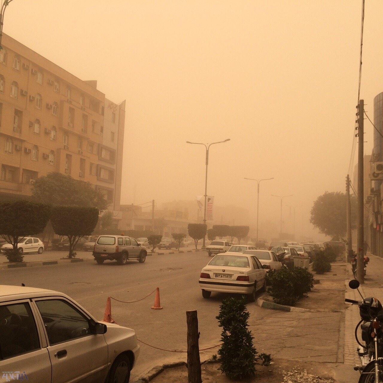 گرد و غبار آسمان شهر را خاکستری کرد