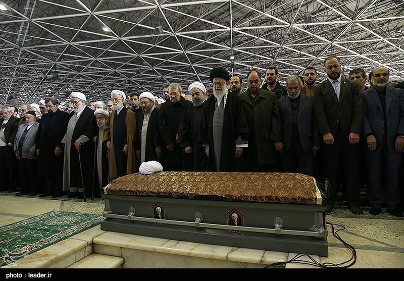 امام خامنهای بر پیکر آیتالله هاشمی رفسنجانی نماز اقامه کردند/ تشییع پیکر بهسوی آرامگاه ابدی + عکس